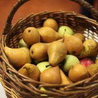 Panier de pommes et poires